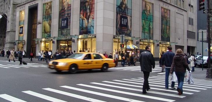 La moda 'desviste' a la Quinta Avenida: cierran Versace y Gap